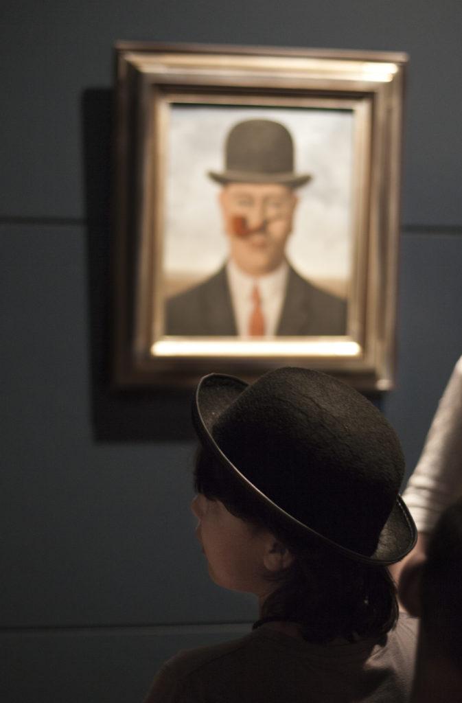 Besucher im Magritte Museum vor dem berühmten Werk (c) RMFAB